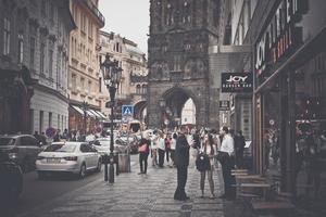 praga, repubblica ceca 2017-- molte persone per strada di praga foto