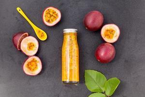 succo di frutto della passione in una bottiglia foto