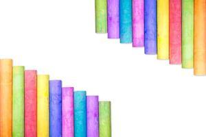 righe di gesso color arcobaleno isolare su sfondo bianco foto