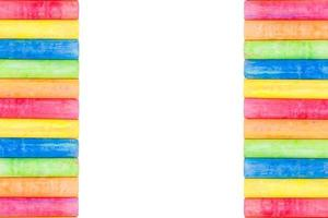 righe di gesso color arcobaleno isolato su uno sfondo bianco foto