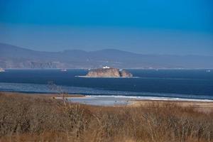 paesaggio marino di un'isola in uno specchio d'acqua con costa a vladivostok, russia foto