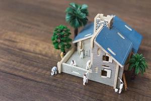 lavoratori in miniatura che dipingono una nuova casa, concetto di ristrutturazione foto