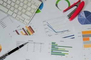 grafici finanziari e grafici su una scrivania foto