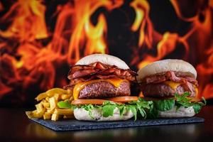hamburger con patatine fritte con piatto foto
