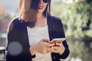 donna che usando smartphone foto