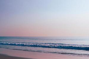 spiaggia tropicale e sfondo blu cielo foto