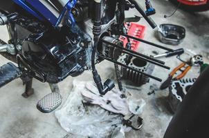 motocicletta in riparazione foto