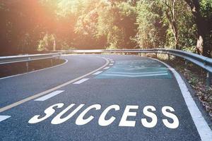 parola di successo su strada rappresenta l'inizio di un viaggio verso la destinazione foto
