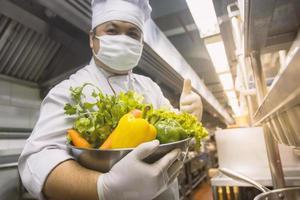 servizio di ristorazione sulle mani chef foto
