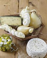 diversi tipi di formaggi su uno sfondo di legno foto