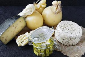 diversi tipi di formaggio su uno sfondo nero foto