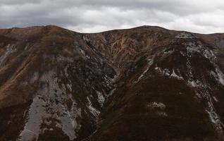 montagne spogliate della loro vegetazione dopo un incendio foto