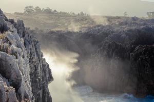 rocce carsiche appuntite sulla costa asturiana foto