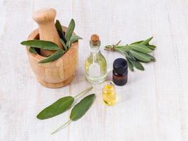 olio essenziale di salvia su legno foto