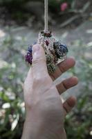 mano che tiene un ornamento foto
