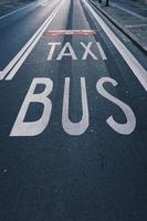 cartello stradale di autobus e taxi sulla strada foto