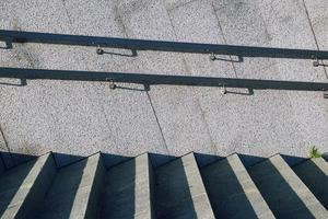 architettura di scale sulla strada foto
