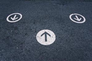 cartello stradale freccia sulla strada foto