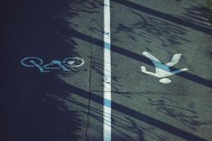 bicicletta e cartello stradale pedonale sulla strada foto