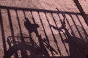 ombra di una bicicletta sulla strada foto