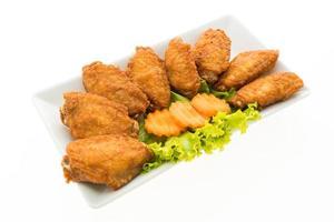 ali di pollo fritte su un piatto bianco foto