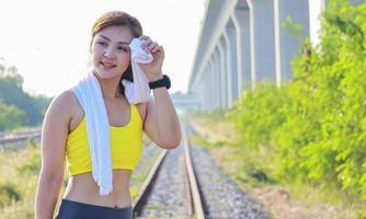bella donna esercizi all'aperto nel parco foto