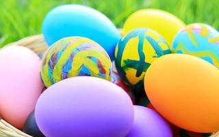 belle uova di Pasqua multicolori sull'erba foto