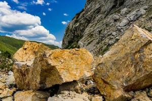 massi di pietra alla gola del Danubio a Djerdap sul confine serbo-rumeno foto