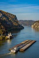 Monastero di mraconia sul lato rumeno della gola del fiume danubio djerdap foto