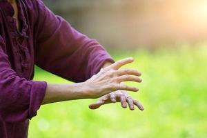 pratica del tai chi chuan all'aperto foto