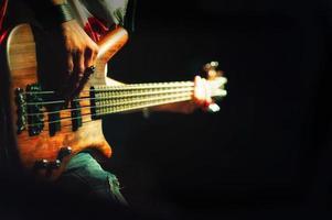 bassista pop rock durante una performance in un concerto foto