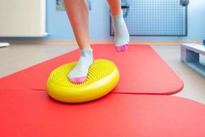 esercizi per la propriocezione della caviglia in uno studio di fisioterapia foto