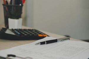note e calcolatrice su una scrivania foto