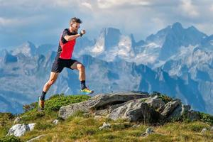 un uomo atleta skyrunner si allena in alta montagna foto