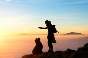 ragazza gioca con il suo cane in montagna foto