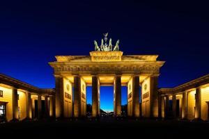 porta di brandeburgo a Berlino di notte foto
