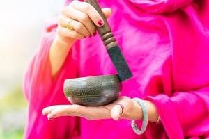 suonare la campana tibetana foto