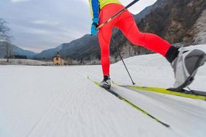 particolare della tecnica classica dello sci di fondo foto