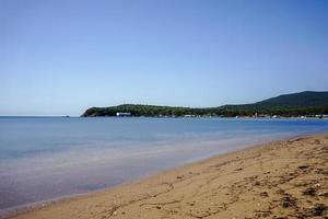 vista sul mare di spiaggia, montagne e cielo blu chiaro a vladivostok, russia foto