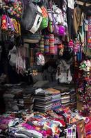 colorati tessuti tradizionali peruviani sul mercato foto