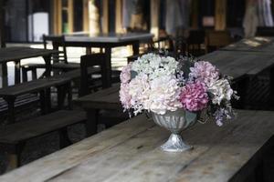 disposizione dei fiori su un tavolo al coperto foto
