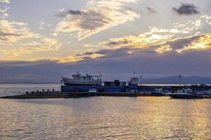 vista sul mare di un porto turistico e un tramonto colorato a vladivostok, russia foto