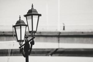 lampioni con offuscata ponte d'oro in background a vladivostok, russia foto