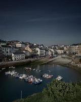 un piccolo porto di pescatori tradizionale sulla costa spagnola vista dall'alto foto