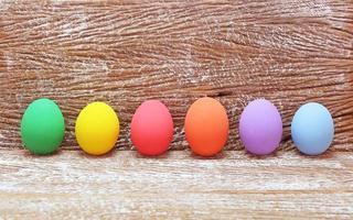 uova di Pasqua su uno sfondo di legno