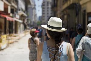 bella giovane donna con cappello sulla strada di buenos aires foto