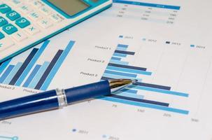 penna e calcolatrice sui grafici foto