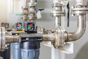 manometro di un manometro del compressore per la pompa dell'aria in fabbrica foto