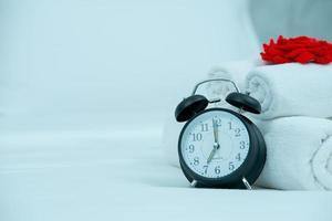 sveglia il concetto di sveglia nera sul letto foto