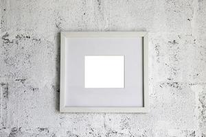 cornice vuota sul muro bianco foto